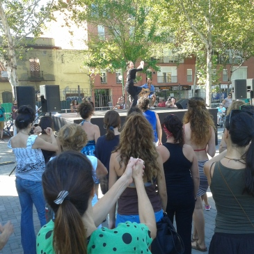 Flamenco dancer teaches crowd