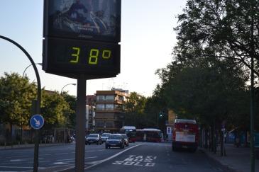 thermometre marks 38 degrees celcius
